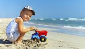 bambino gioca in spiaggia